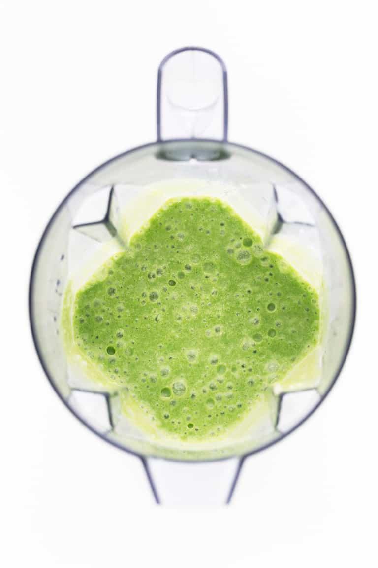 Batido Verde de Piña Colada - Este batido verde de piña colada es una alternativa saludable al popular cóctel y una versión sin alcohol, hecha con 5 ingredientes naturales en menos de 5 minutos. #vegano #singluten #danzadefogones
