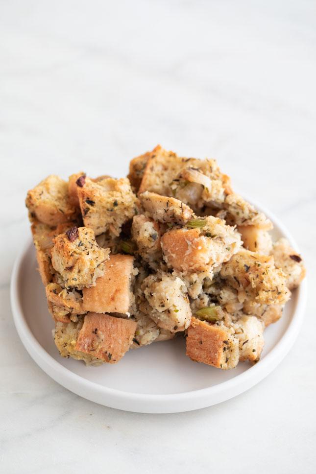 Foto de un trozo de stuffing o relleno vegano en un plato blanco pequeño