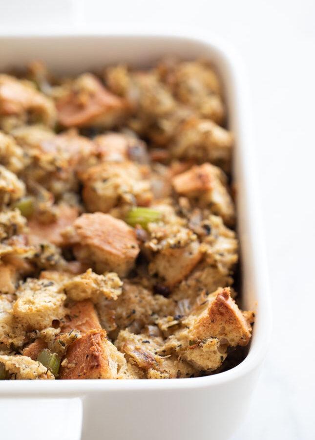 Foto de stuffing o relleno vegano en un recipiente para horno