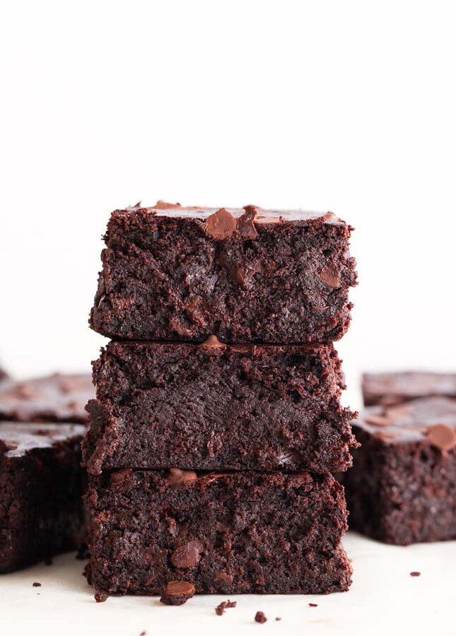 Foto de perfil de varios trozos de brownie vegano apilados