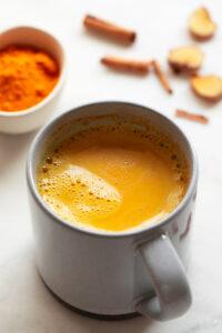 Foto de una taza de leche dorada