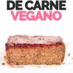 Foto de perfil del corte de un pastel de carne vegano con las palabras pastel de carne vegano