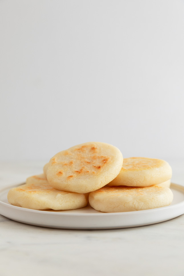 Foto de lado de un plato con arepas