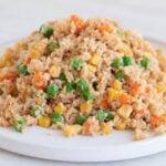Foto cuadrada y pequeña de un plato con arroz frito de coliflor casero
