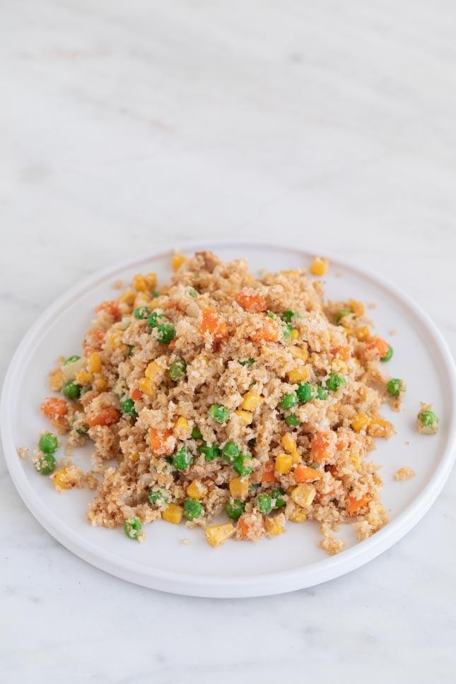 Foto de un plato blanco con arroz frito de coliflor casero preparado desde cero