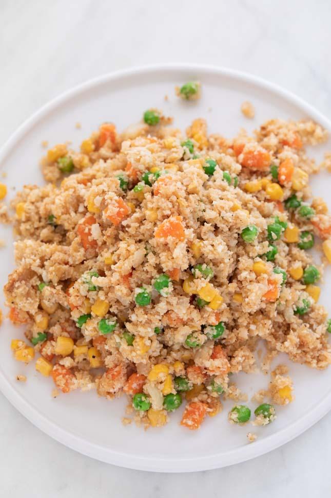 Foto desde arriba de un plato blanco con arroz frito de coliflor casero
