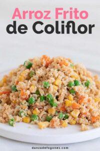 Foto de perfil de un plato con arroz frito de coliflor con las palabras arroz frito de coliflor