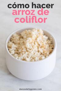Foto de un bol con arroz de coliflor con la frase cómo haxcer arroz de coliflor
