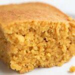 Foto cuadrada de cerca de un trozo de pan de maíz vegano en un plato