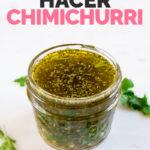 Foto de un tarro de cristal con chimichurri con las palabras cómo hacer chimichurri