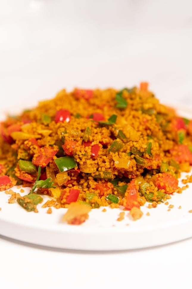 Foto de perfil de un plato de cuscús con verduras
