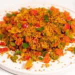 Foto cuadrada de un plato de cuscús con verduras