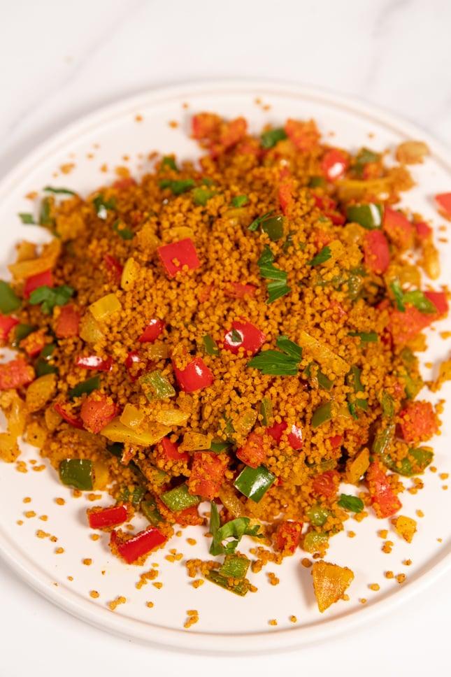 Foto de un plato de cuscús con verduras casero