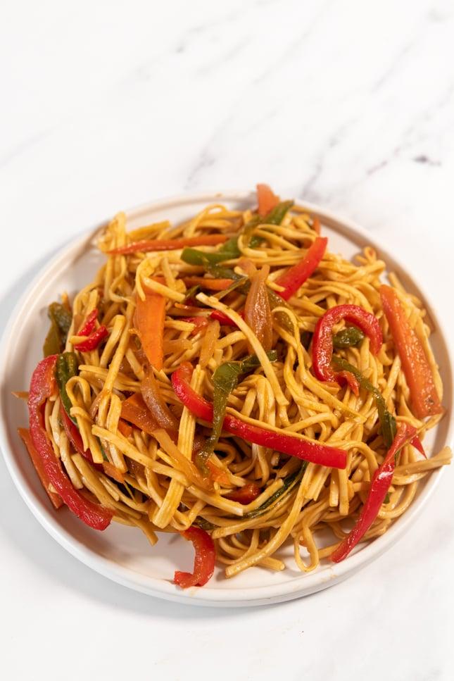Foto de un plato de noodles con verduras caseros