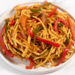 Foto cuadrada de un plato de noodles con verduras