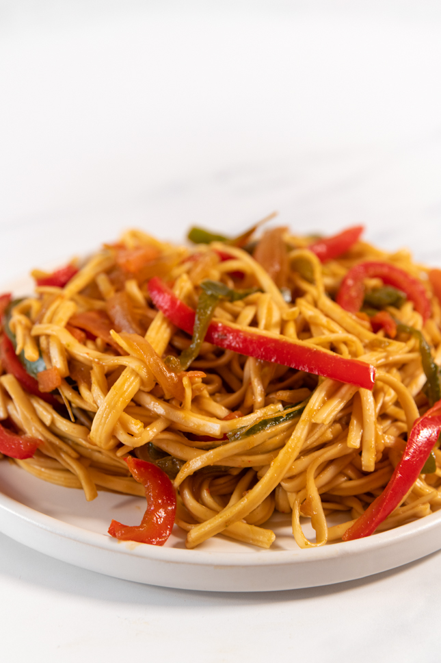 Foto de perfil de un plato de noodles con verduras