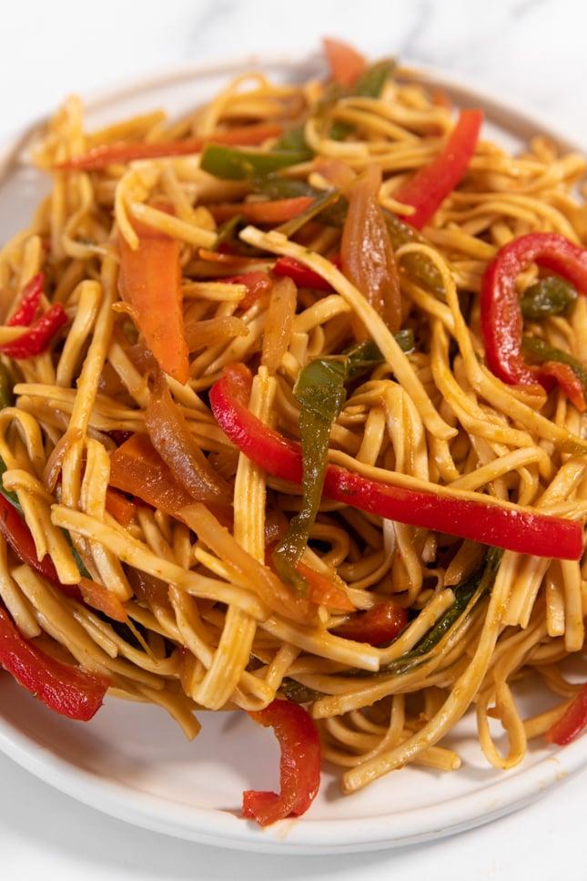 Foto de cerca de un plato de noodles con verduras