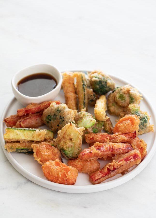 Foto de un plato con tempura de verdura y un bol con salsa de soja