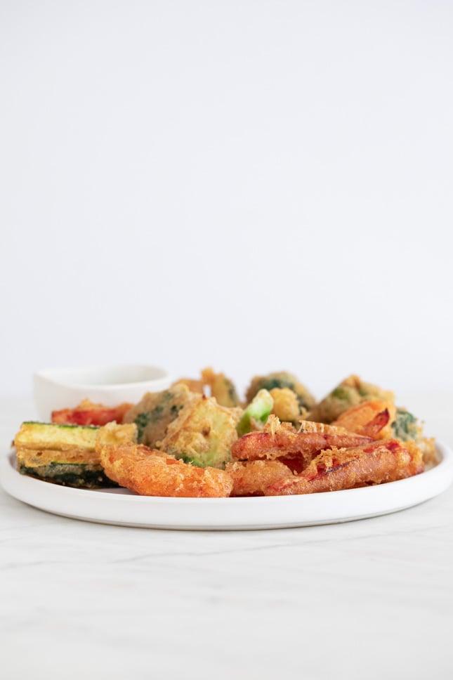 Foto de perfil de un plato con trozos de tempura de verdura casera