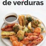 Foto de un plato de tempura de verduras con salsa de soja y las palabras tempura de verduras