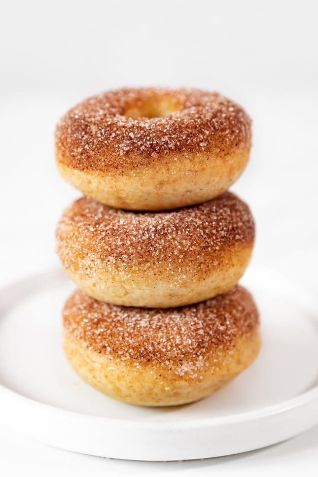 Foto de 3 donuts veganos colocados uno encima de otro