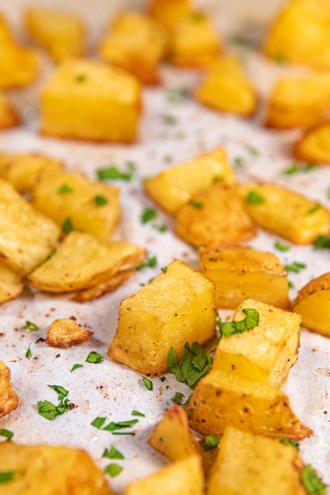 Foto de cerca de una bandeja de patatas asadas