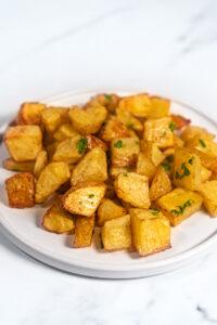 Foto de un plato de patatas asadas al horno