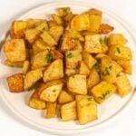 Foto cuadrada de un plato de patatas asadas