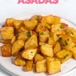 Foto de un plato de patatas asadas con las palabras patatas asadas