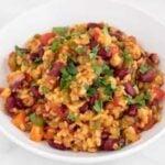 Foto cuadrada de un plato hondo con arroz jambalaya vegano