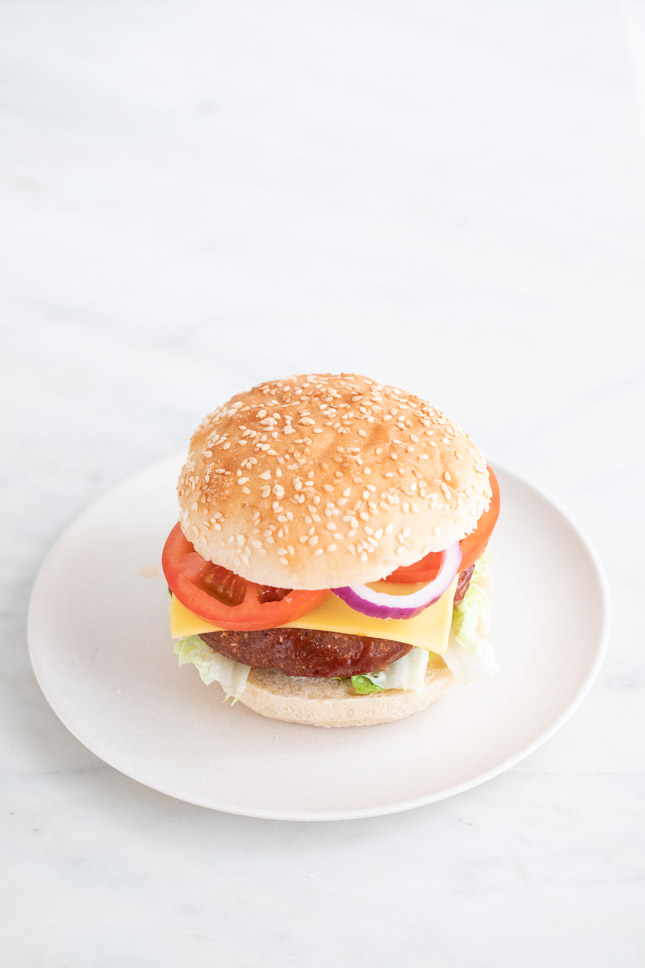 Foto de un plato blanco con una hamburguesa vegana
