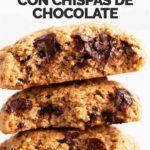 Foto de perfil de tres galletas una encima de la otra con las palabras galletas veganas con chispas de chocolate