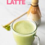 Foto de una taza de matcha latte con las palabras matcha latte