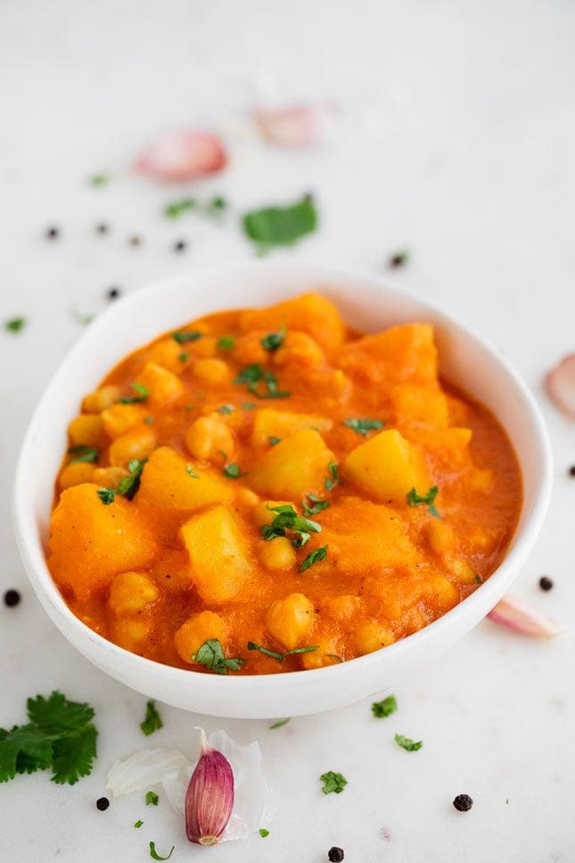 Foto de un bol con curry vegano decorado con perejil