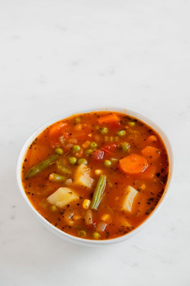 Foto desde arriba de un bol con sopa de verduras hecha en casa