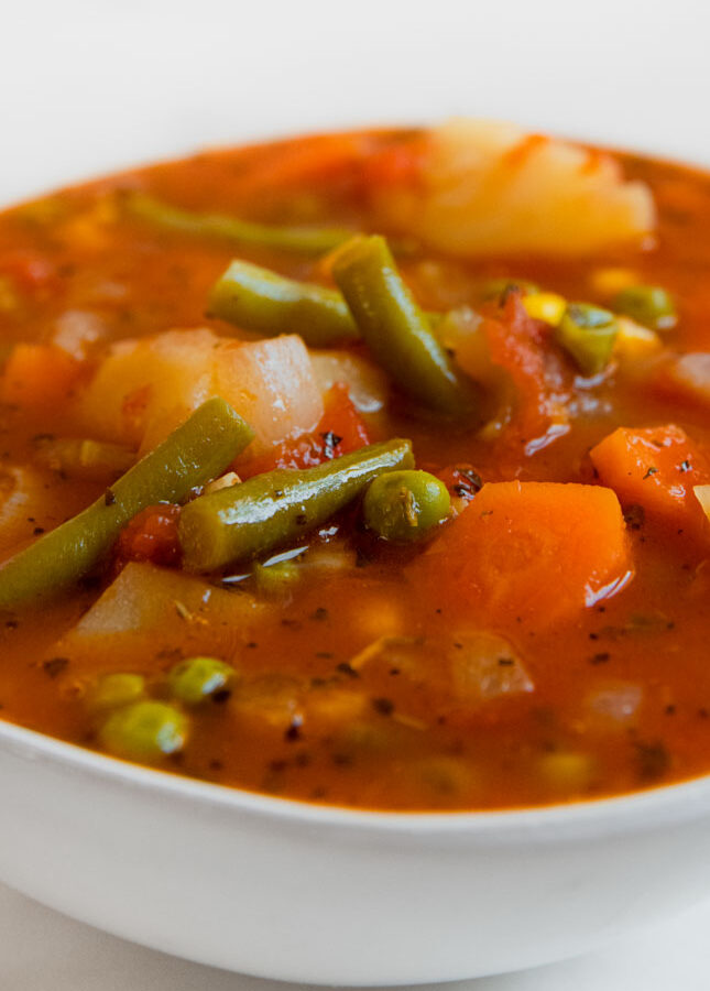 Foto de cerca de un bol con sopa de verduras