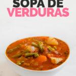 Foto de un bol con sopa de verduras casera con las palabras sopa de verduras