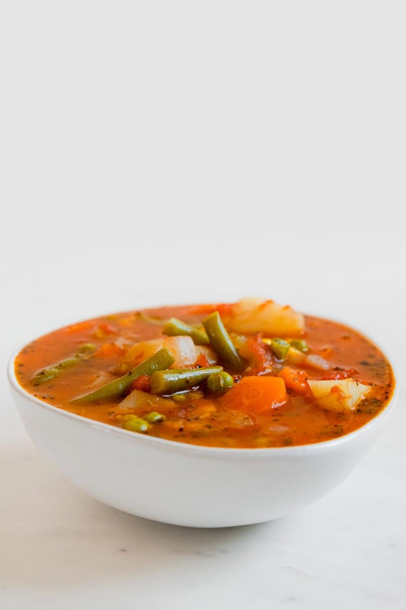 Foto de perfil de un bol con sopa de verduras casera