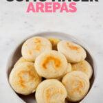 Foto de un plato con arepas con las palabras cómo hacer arepas