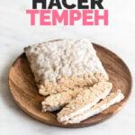 Foto de un bloque de tempeh con las palabras cómo hacer tempeh