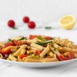 Foto cuadrada de un plato de ensalada de pasta