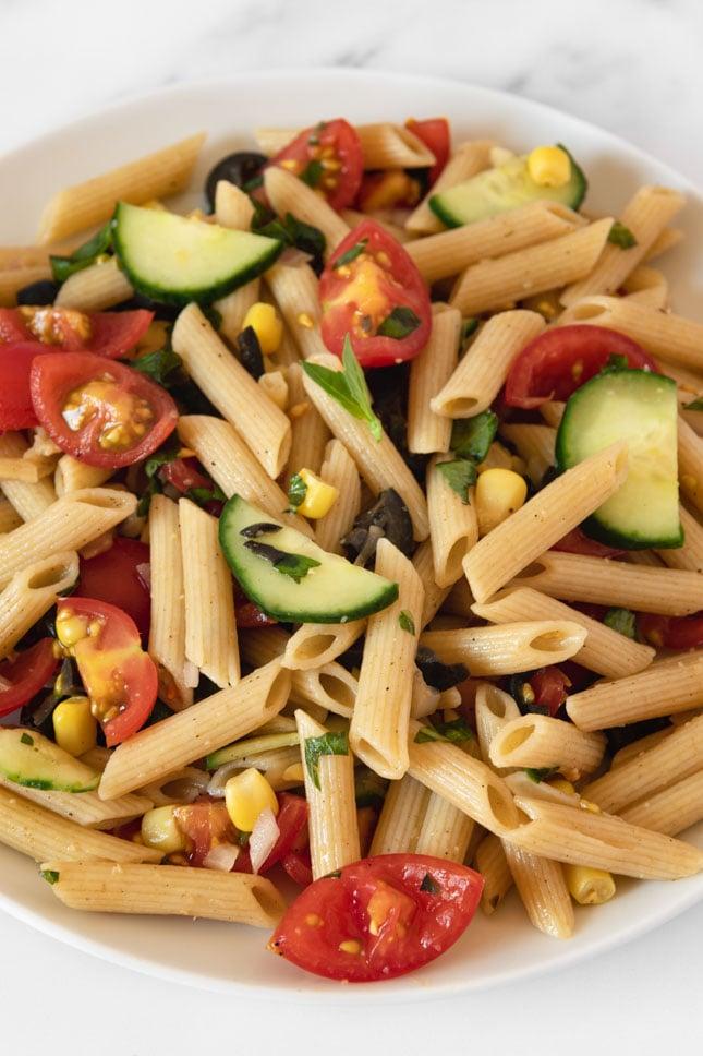 Foto de cerca de un plato de ensalada de pasta