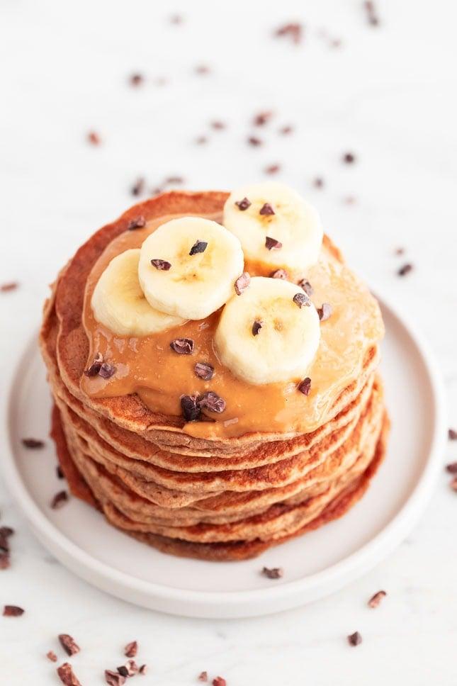Foto de unas tortitas de plátano con toppings