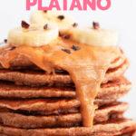 Foto de perfil de unas tortitas de plátano con las palabras tortitas de plátano