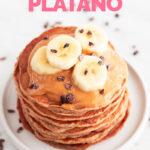 Foto de unas tortitas de plátano con las palabras tortitas de plátano