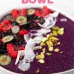 Foto de cerca de un smoothie bowl con las palabras smoothie bowl