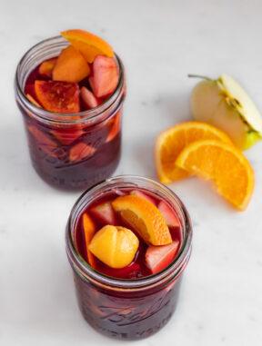 Foto de dos jarras de sangría con decoración de fruta cortada