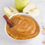 Foto cuadrada de un bol de compota de manzana
