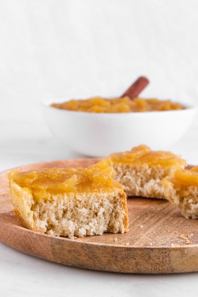 Foto de dos trozos de pan untados con compota de manzana