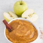 Foto de un bol de compota de manzana con las palabras compota de manzana